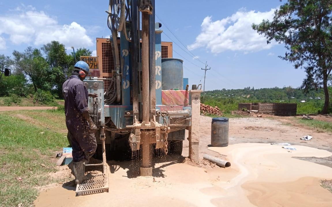 Drillmaster at the drill rig. Drilling is in progress.